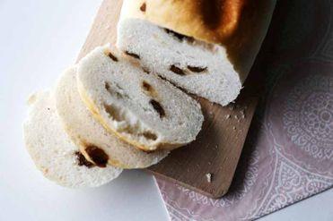 Sladký nízkobielkovinový chlieb s hrozienkami